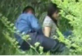 Novinha flagrada fudendo no mato