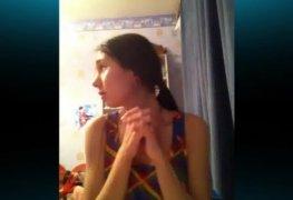 Novinha flagrada mostrando a buceta no skype