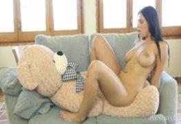 Novinha Kira Queen transando com ursinho