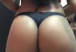 Novinha rabuda rebolando seu culo
