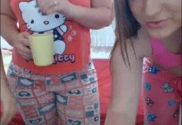 Novinhas safadas juntas no quarto com a webcam ligada