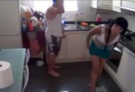 Os pais vendo tv e a puta dando uma rapidinha na cozinha