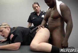 Policial coroa safada e gostosa chupando e dando pro pau do negão