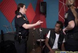 Policial feminina transando com o rap negro