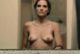 Rafaela mandelli mostrando os peitos na série desnude