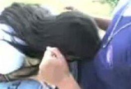 Safadinha fazendo boquete para o colega no pátio do colégio