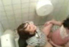 Sara safadinha dando no banheiro da escola