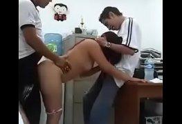Suruba com a colega de trabalho no escritório
