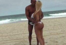 Um flagrante de gravação de filme porno na praia do rio de janeiro