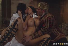 Vadias Anissa Kate e Jasmine Jae servem o cu ao rei